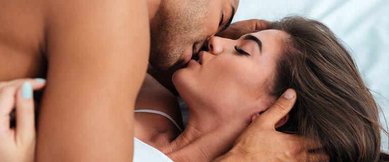 Podczas zbliżeń przejmujesz się fałdką na brzuchu? Niepotrzebnie! Oto rzeczy, które nie mają dla niego znaczenia w sypialni
