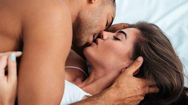 Podczas zbliżeń przejmujesz się fałdką na brzuchu? Niepotrzebnie! Oto rzeczy, które nie mają dla niego znaczenia w sypialni (zdjęcie ilustracyjne)