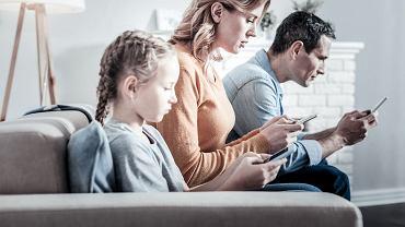 Cała rodzina wpatrzona w swoje telefony to niestety coraz częstszy widok