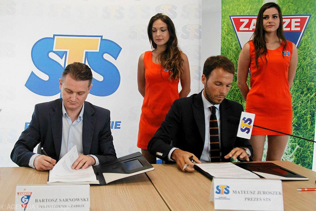 Mateusz Juroszek podpisał w imieniu STS umowę z Górnikiem Zabrze