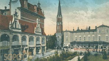 """Jak wyglądał przedwojenny Sopot? Co robili wówczas mieszkańcy i goście kurortu? Można się o tym dowiedzieć dzięki albumowi """"Sopot na starej widokówce"""".  Na zdjęciu - Grosse Unterführung (Podjazd). Widok z wiaduktu kolejowego, po lewej stronie południowa pierzeja domu handlowego Fastów, na wprost kościół Zbawiciela, po prawej hotel Dworcowy."""