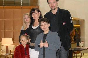 Polska wersja popularnego na całym świecie serialu Niania powstawała w latach 2005-2009. Maria Maciejowska, Emilia Stachurska i Roger Karwiński wcielali się w nim w role dzieci Maksymiliana Skalskiego, którymi zajmowała się tytułowa Niania. Zobaczcie, jak aktorzy wyglądają po 7 latach od zakończenia produkcji.