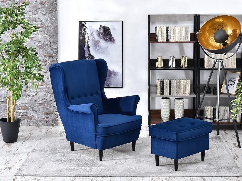 Niebieski fotel z podnóżkiem to hit tego sezonu.
