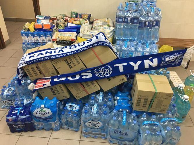 Kibice Lecha Poznań dostarczają przesyłki do szpitali