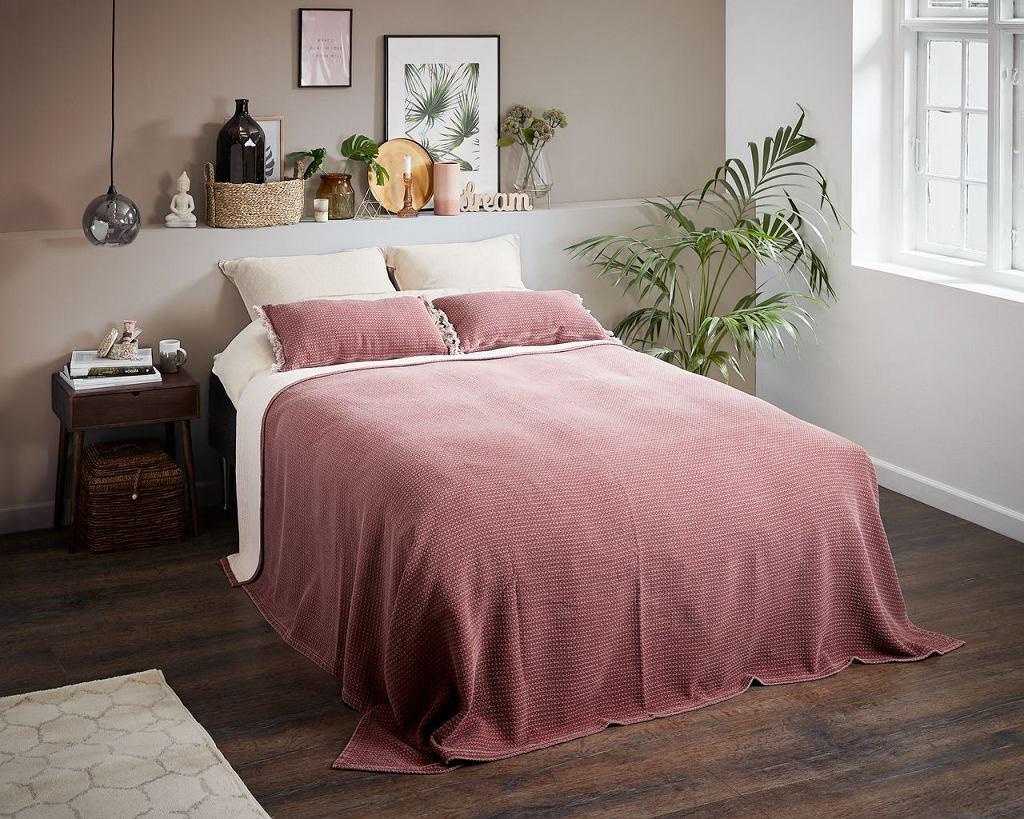 Długa narzuta na łóżko