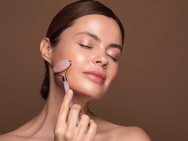 Masaż twarzy masażerem