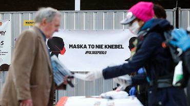 Policja skierowała wniosek o ukaranie łódzkich aktywistek i aktywistów, którzy w kwietniu zorganizowali akcję rozdawania maseczek pod hasłem 'Maska to nie knebel'. Sąd umorzył postępowanie