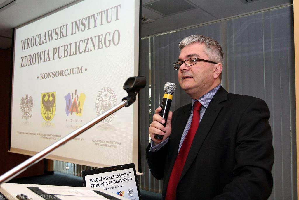 Prof. Fal: swoboda i niechęć nas samych do posłuszeństwa spowoduje tłumy na Wielkanoc w kościele