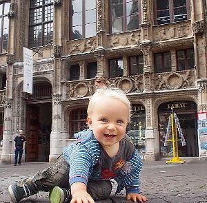 Wili na bruku pod katedrą w Rouen podczas miesięcznej podróży po Francji.