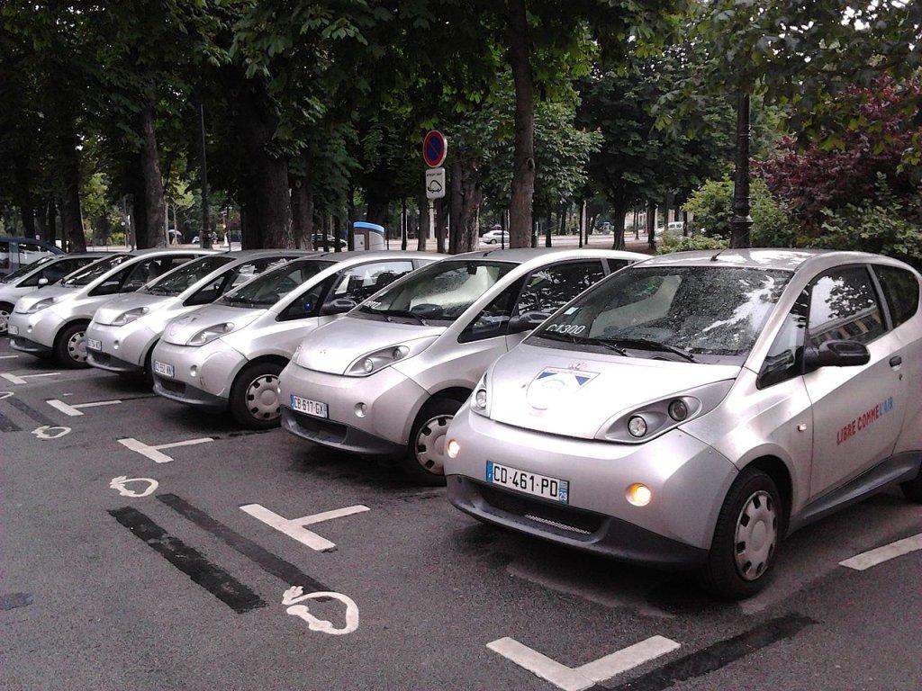 Paryska miejska wypożyczalnia samochodów Autolib / Fot. Raphael Desrosiers/Flickr licencja CC.BY 2.0