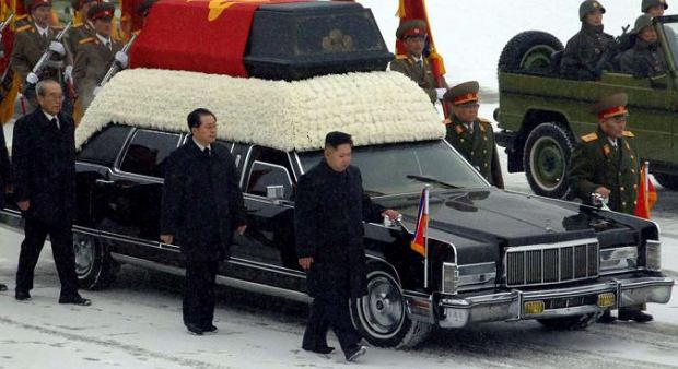 Kim Dzong Un jeszcze przed śmiercią ojca został wyznaczony na następcę. Był też przewodniczącym komisji organizującej uroczystości pogrzebowe, co wzorem radzieckim jest przesłanką do bycia kolejnym przywódcą. Wskazywało na to też umiejscowienie młodego Kima na przedzie konduktu pogrzebowego