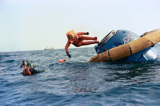 Mirosław Hermaszewski ćwiczy wodowanie i ewakuację z Sojuza jeszcze przed swoim lotem w kosmos