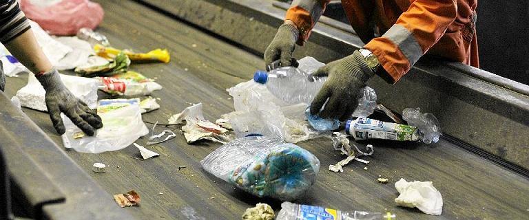 Duda obwinił samorządy za wysokie ceny śmieci. Przepisów brak dwa lata
