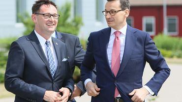 Premier Mateusz Morawiecki (z prawej) i prezes Orlenu Daniel Obajtek.