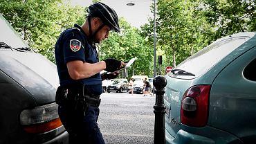 Sprawdzanie przez policję aut na paryskich ulicach, 1.07.2019