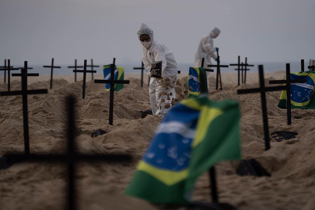 Pandemia koronawirusa. Symboliczne groby ofiar Covid-19 na słynnej Copacabanie. Pikieta aktywistów przeciw pozorowanym działaniom brazylijskiego rządu (prezydent Jair Bolsonaro próbował ukrywać skalę i liczbę ofiar pandemii). Rio de Janeiro, 11 czerwca 2020