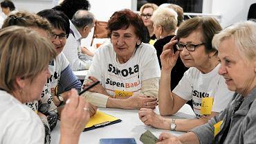 Szkoła SuperBabcia SuperDziadek przy fundacji Klanza na poznańskiej Wildzie. Podczas wtorkowych zajęć uczestnicy przypominali sobie zabawy z dzieciństwa