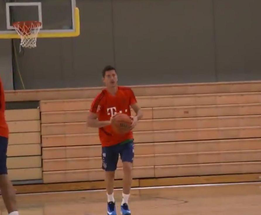 Lewandowski gra w koszykówkę