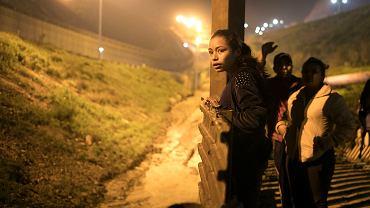 Pochodząca z Salwadoru Xiomara Henriquez Ayala przed granicą meksykańsko-amerykańską w Tijuanie.