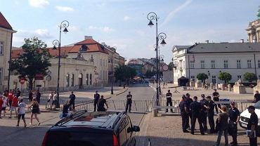 Przygotowania do miesięcznicy smoleńskiej na Krakowskim Przedmieściu w Warszawie