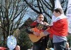 Zielona Góra, 2 kwietnia 2016 r., demonstracja KOD w rocznicę uchwalenia Konstytucji. Paweł Jarosz śpiewa 'Modlitwę o wschodzie słońca' Jacka Kaczmarskiego