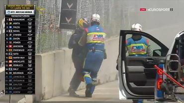 Romain Grosjean uciekł przed kolejnym pożarem. Wrócił z gaśnicą i próbował ratować maszynę