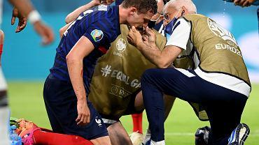 Benjamin Pavard po urazie w meczu Francja - Niemcy na Euro 2020.