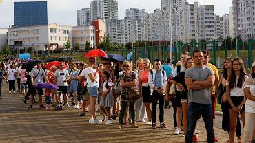 09.08.2020 Białoruś, Mińsk. Kolejka do komisji wyborczej