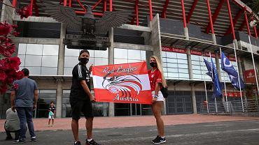 Robbie i Sophia, kibice Bayernu, pozują przed Estadio da Luz. Na mecz nie wejdą