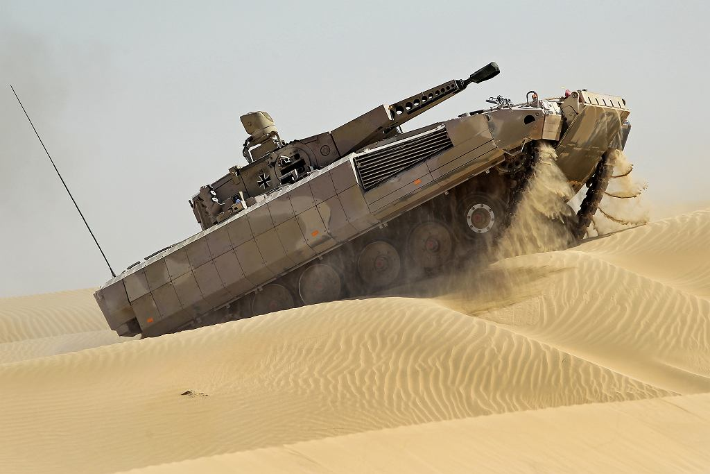Nowy niemiecki transporter opancerzony Puma podczas prób na pustyni