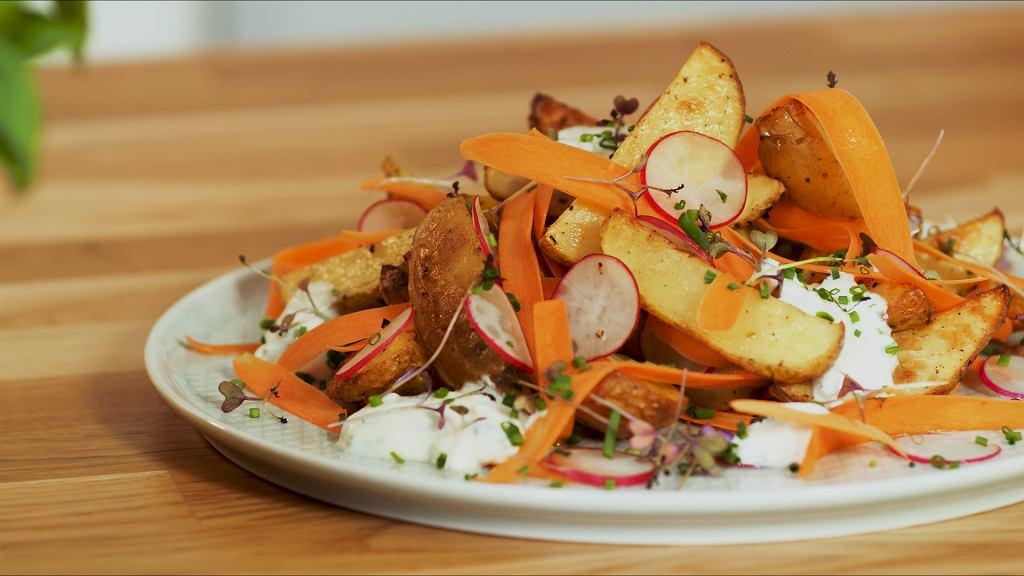 Pieczone ziemniaczki z sosem czosnkowym i warzywami