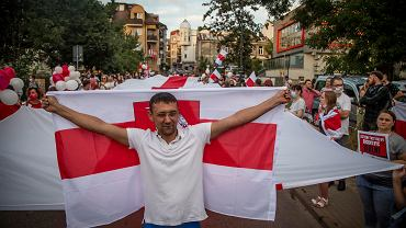 Gromkie 'Niech żyje Białoruś!', 'Wierzymy, możemy, zwyciężymy!', czy 'Nie zapomnimy, nie wybaczymy!' rozbrzmiewało na ulicach centrum Białegostoku. Przez podlaską stolicę przeszedł około półtora tysięczny marsz solidarności z Białorusią. Nad tłumem rozciągała się kilkudziesięciometrowa biało-czerwono-biała flaga