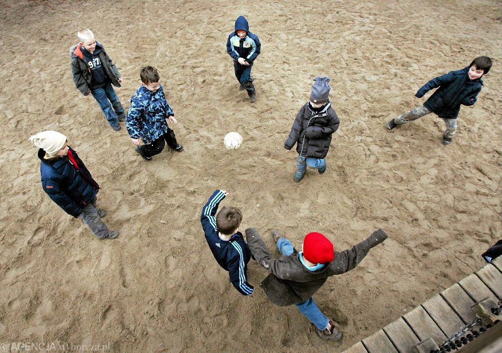 Polskie i niemieckie dzieci bawią się na boisku świetlicy w Locknitz. W 2008 prawie 20 proc. dzieci uczęszczających do placówek w tym miasteczku pochodziło z Polski