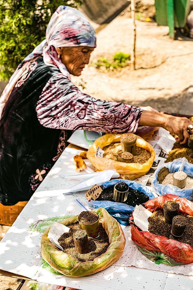 Kirgistan, stoisko zprzyprawami na bazarze Dżajma wOszu