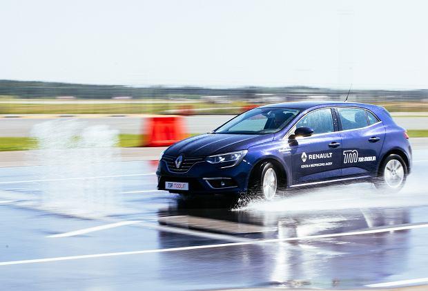 Każde 10 km/h ma znacznie przy wytracaniu prędkości i próbie opanowaniu auta w niebezpiecznej sytuacji. Serio, sprawdziliśmy to.