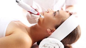 Mezoterapia igłowa jest polecana wszystkim, którzy z różnych powodów nie są zadowoleni z kondycji swojej skóry. Mowa tutaj głównie o cerze szarej, zmęczonej, z wyraźnymi oznakami starzenia
