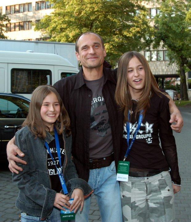 Paweł Kukiz z córkami w 2005 roku