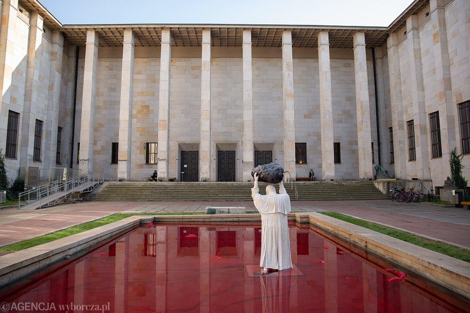 Zdjęcie numer 1 w galerii - Papież rzucający głazem?