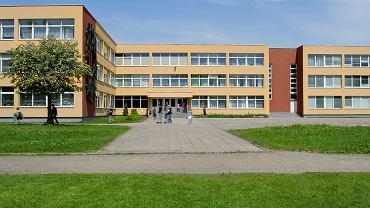 Szkoła zakazała rodzicom korzystać z telefonu na jej terenie