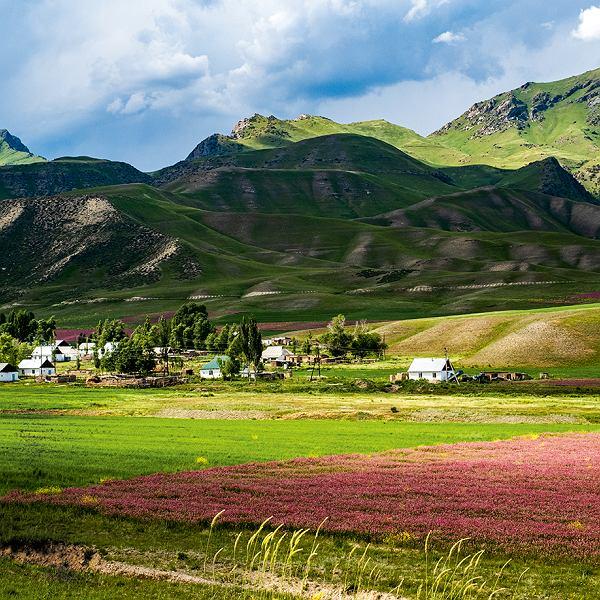 Kirgistan - w oddali wioska na trasie Ak-Tal - Kazarman