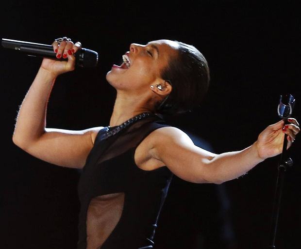 Alicia Keys performs at the 55th annual Grammy Awards in Los Angeles, California, February 10, 2013.  REUTERS/Mike Blake (UNITED STATES TAGS:ENTERTAINMENT) (GRAMMYS-SHOW)