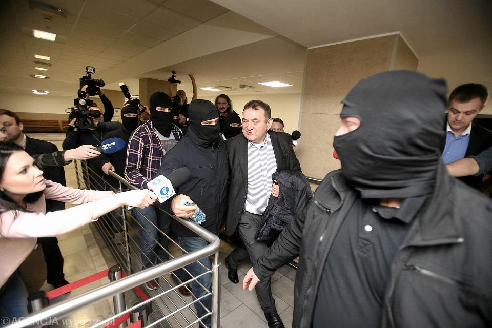 Kwiecień 2018. Stanisław Gawłowski wychodzi z sądu po posiedzeniu aresztowym