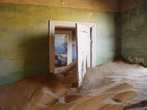 Miasto duchów Kolmanskop. Położone w afrykańskiej Namibii. Kiedyś była tu tętniąca życiem kopalnia diamentów nadzorowana przez Niemców. Ponad sto lat później budowlę zabiera pustynia