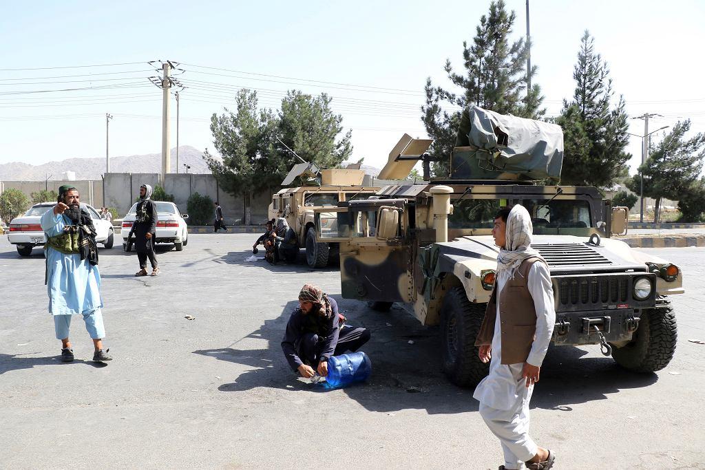 Talibowie na posterunku przed lotniskiem w Kabulu