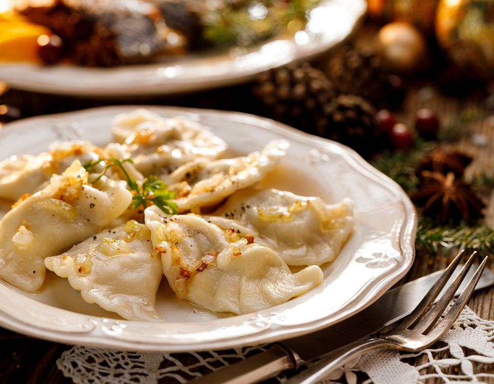 Pierogi z kapustą i grzybami to słynne danie wigilijne, które zazwyczaj podaje się w towarzystwie gorącego barszczu.