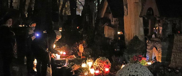 Zamknięcie cmentarzy. Prezydenci mówią o stratach handlarzy i miast
