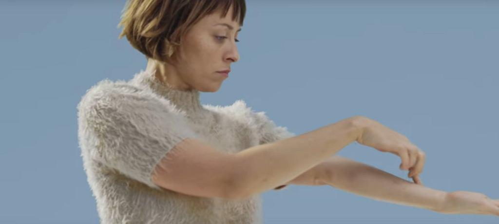 Natalia Przybysz w teledysku do utworu 'Świat wewnętrzny' / screen z YouTube
