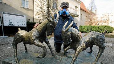 Lechosław Lerczak i koziołki przed poznańskim urzędem miasta