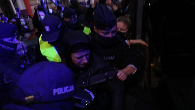 Przykuli się przed MEN. Monika Olejnik relacjonuje z miejsca: Policjanci wyrywali aktywistów