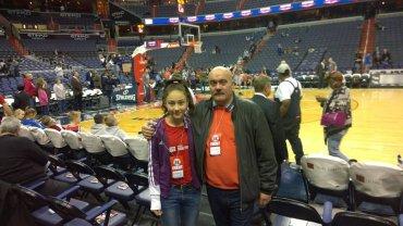 Trener Tomasz Sztąberski z córką Martą przed meczem Washington Wizards